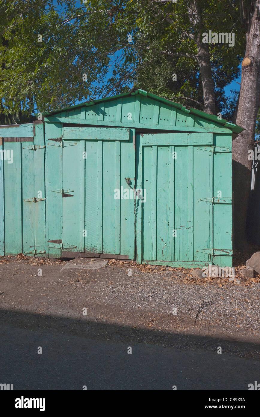 Vorderansicht Des Verfallenen Aqua Farbigen Ein Auto Garage In Einer Gasse  In Santa Barbara