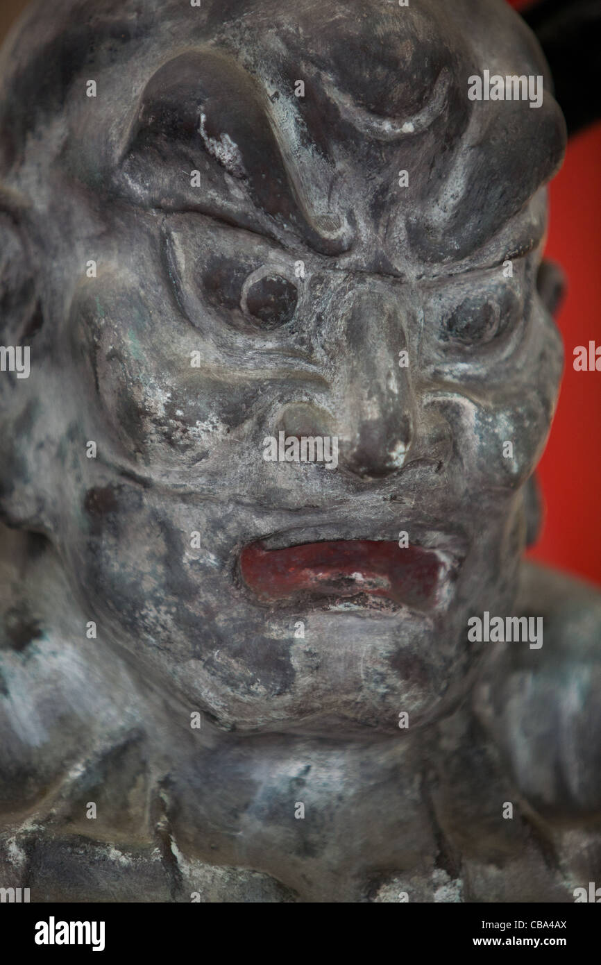 Maske der Dämon, religiöse Statue in Tokio, Japan. Stockbild