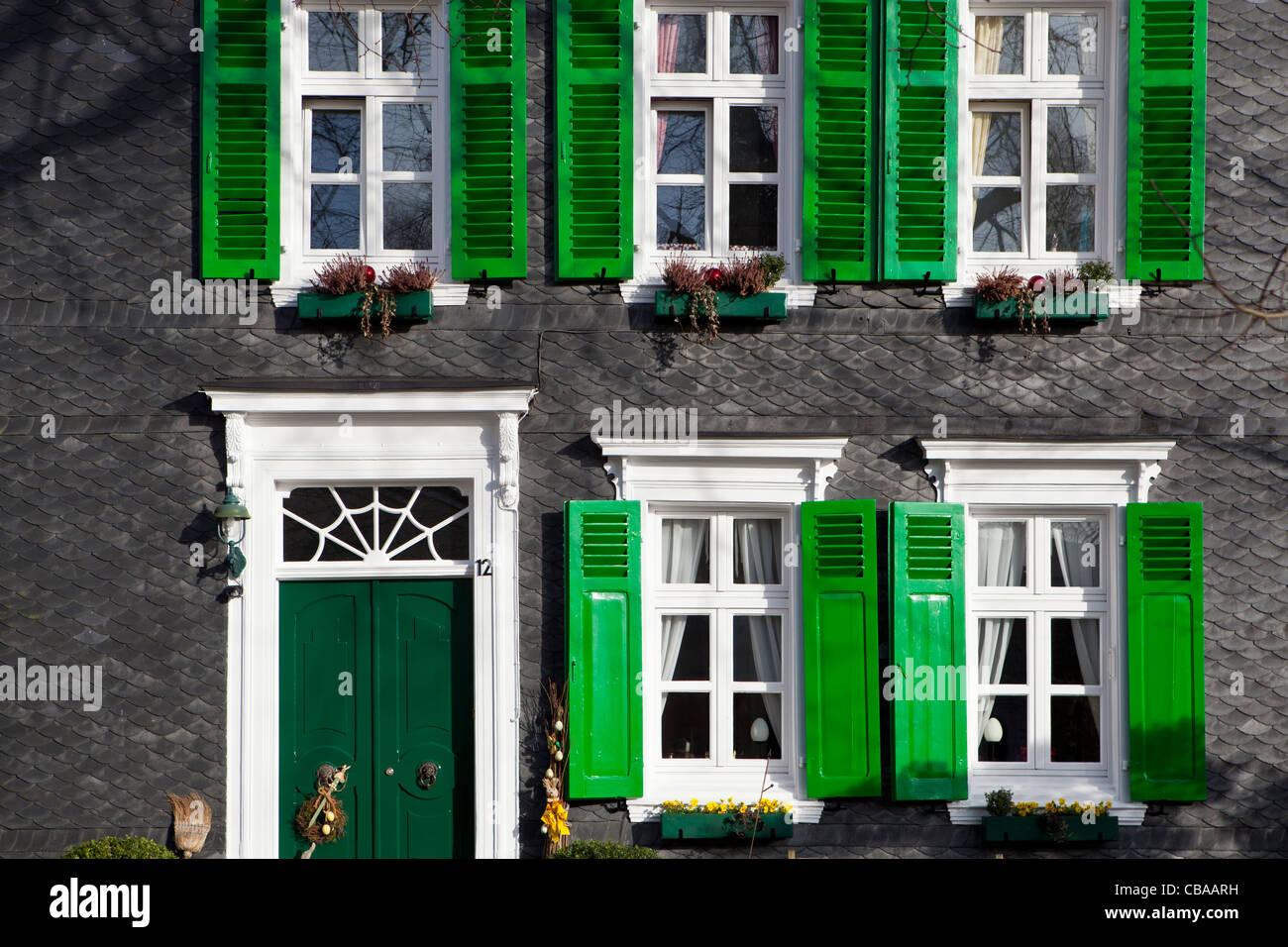 Haus Mit Traditionellen Dunklen äußeren Fliesen Und Grüne Fenster In - Fliesen kaufen düsseldorf