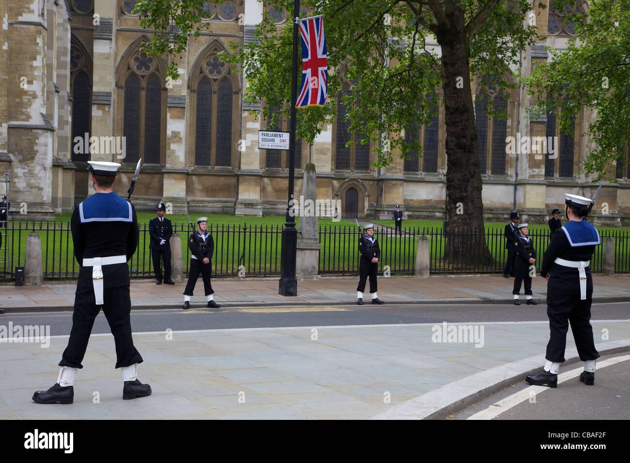 Mitglieder der britischen Royal Navy und der Metropolitan Police Wache vor Westminster Abbey, Ehe von Prinz William Stockbild