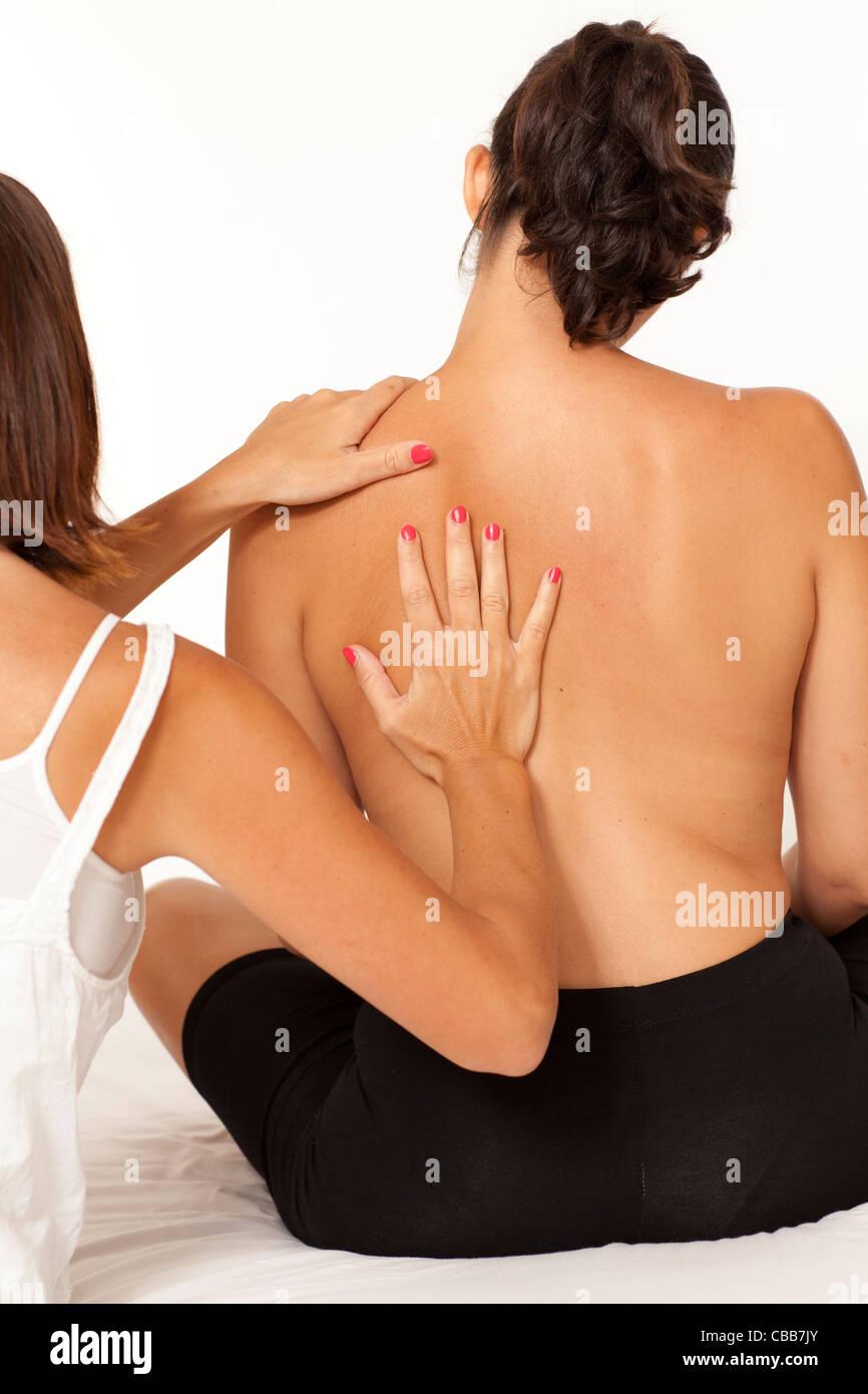 asiatischer Kerl Massage weiß