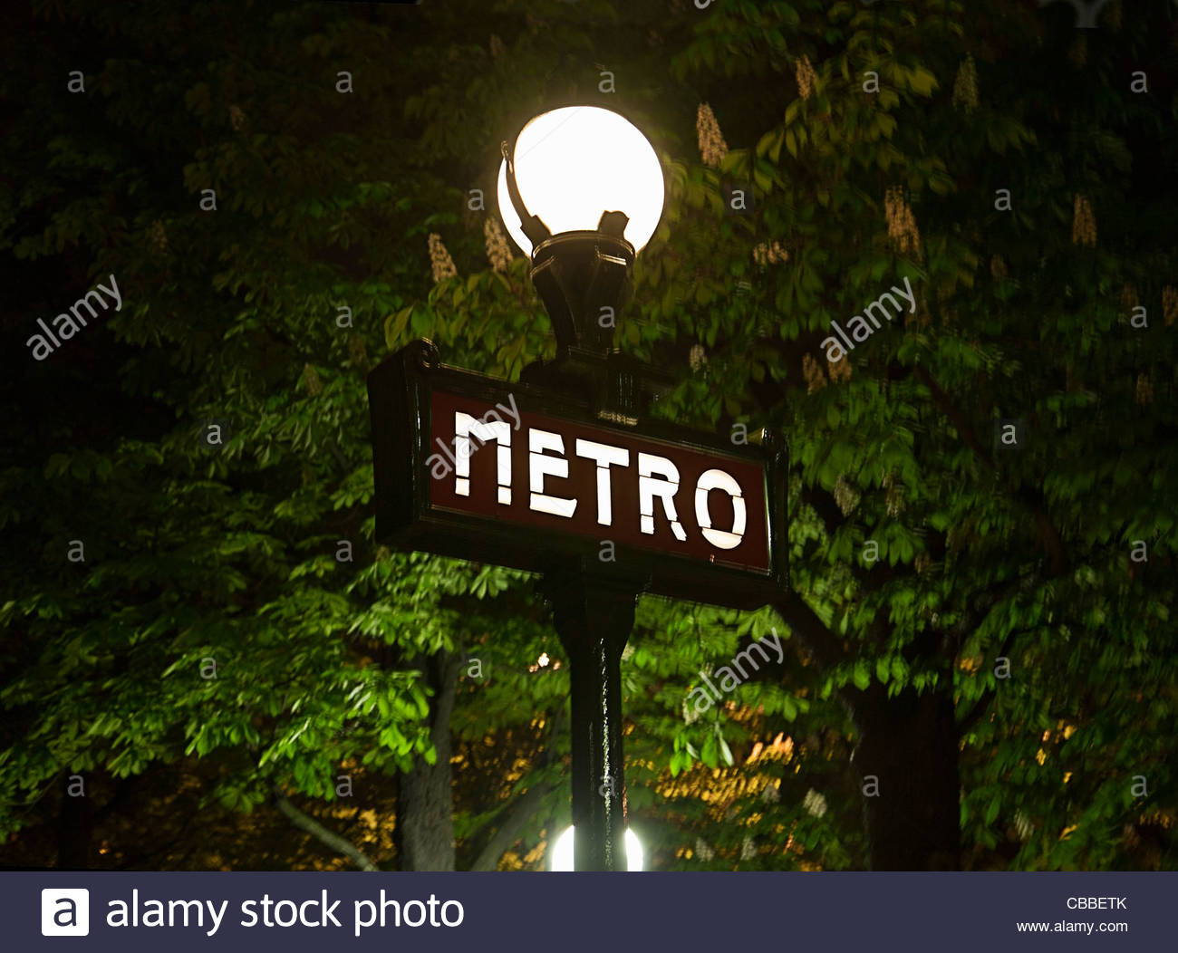 Metro anmelden Straßenlaterne in Paris Stockbild