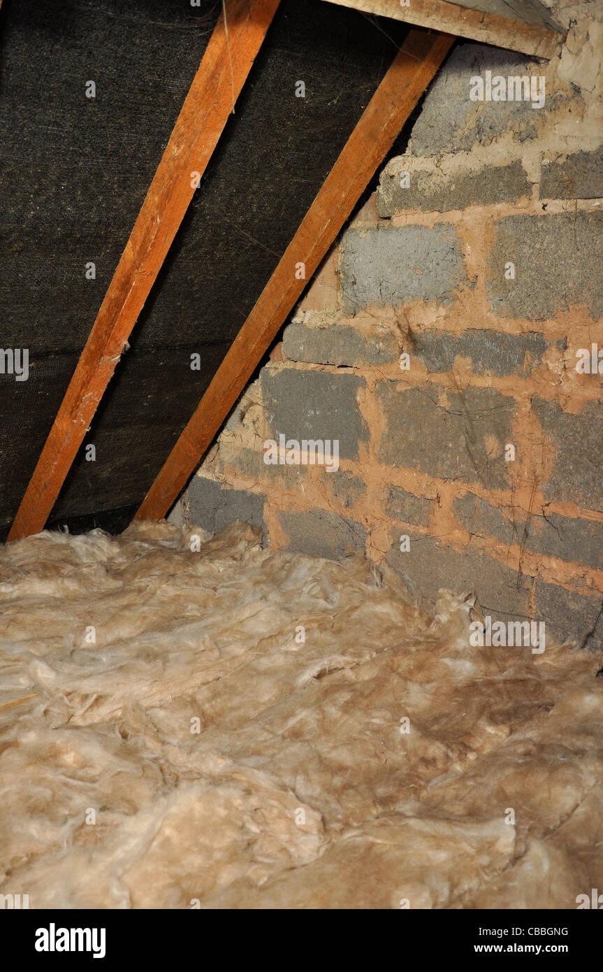 dachdämmung. glasfaser dämmung im dach-raum stockfoto, bild
