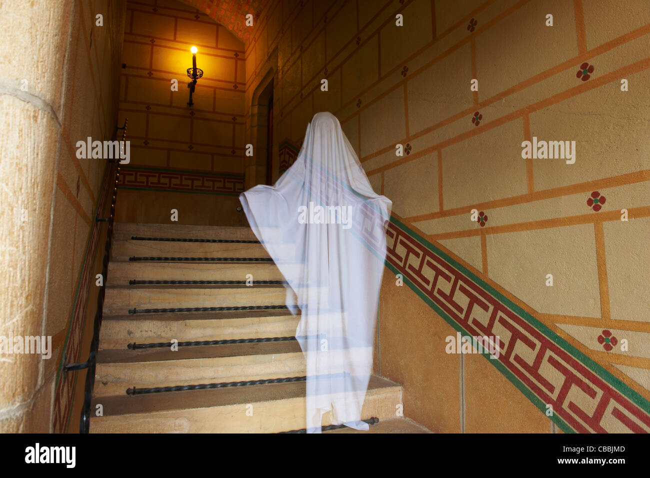 Gespenst schwebt auf verzierten Treppe Stockbild