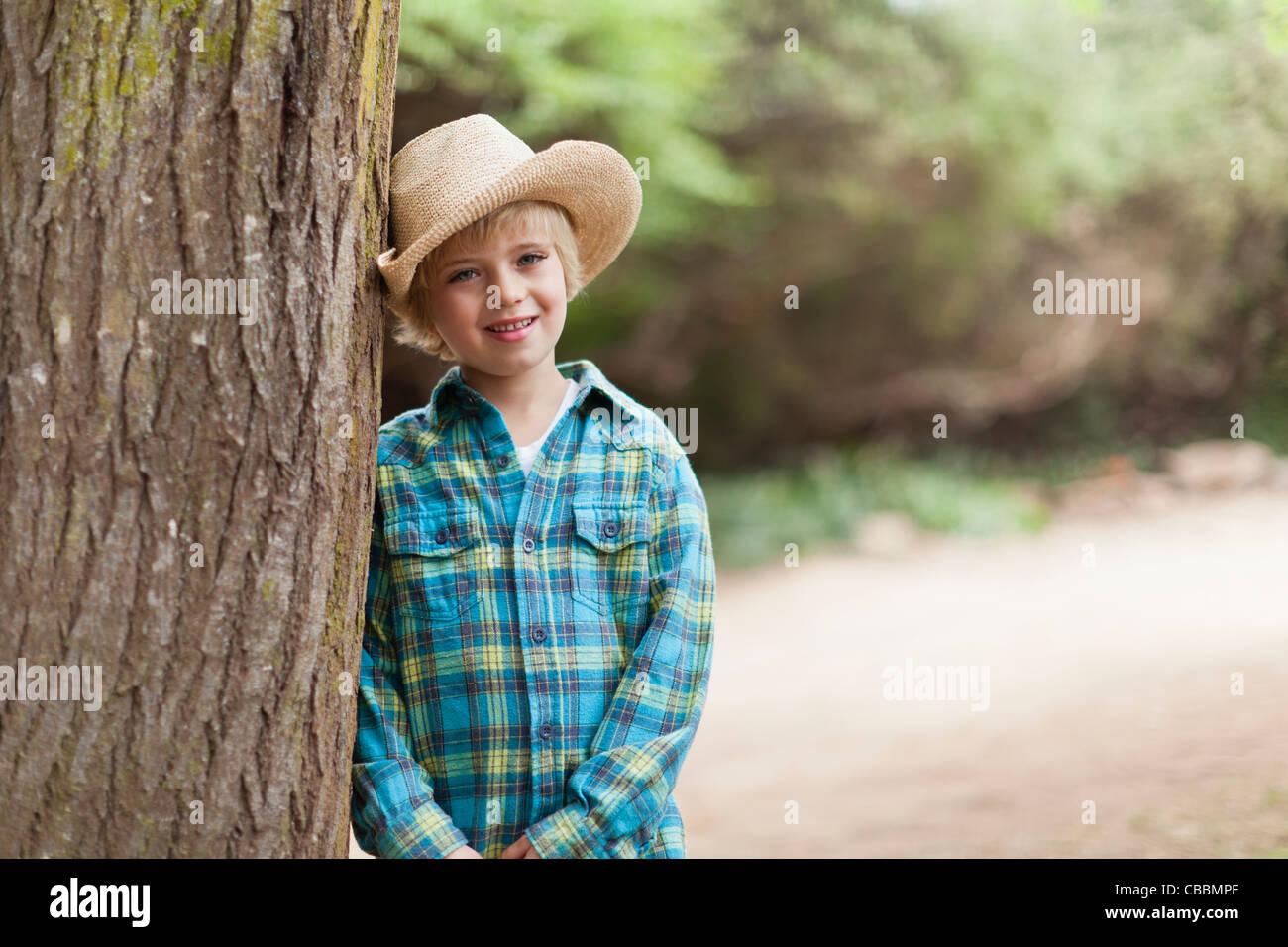 Jungen tragen Cowboyhut im freien Stockfoto