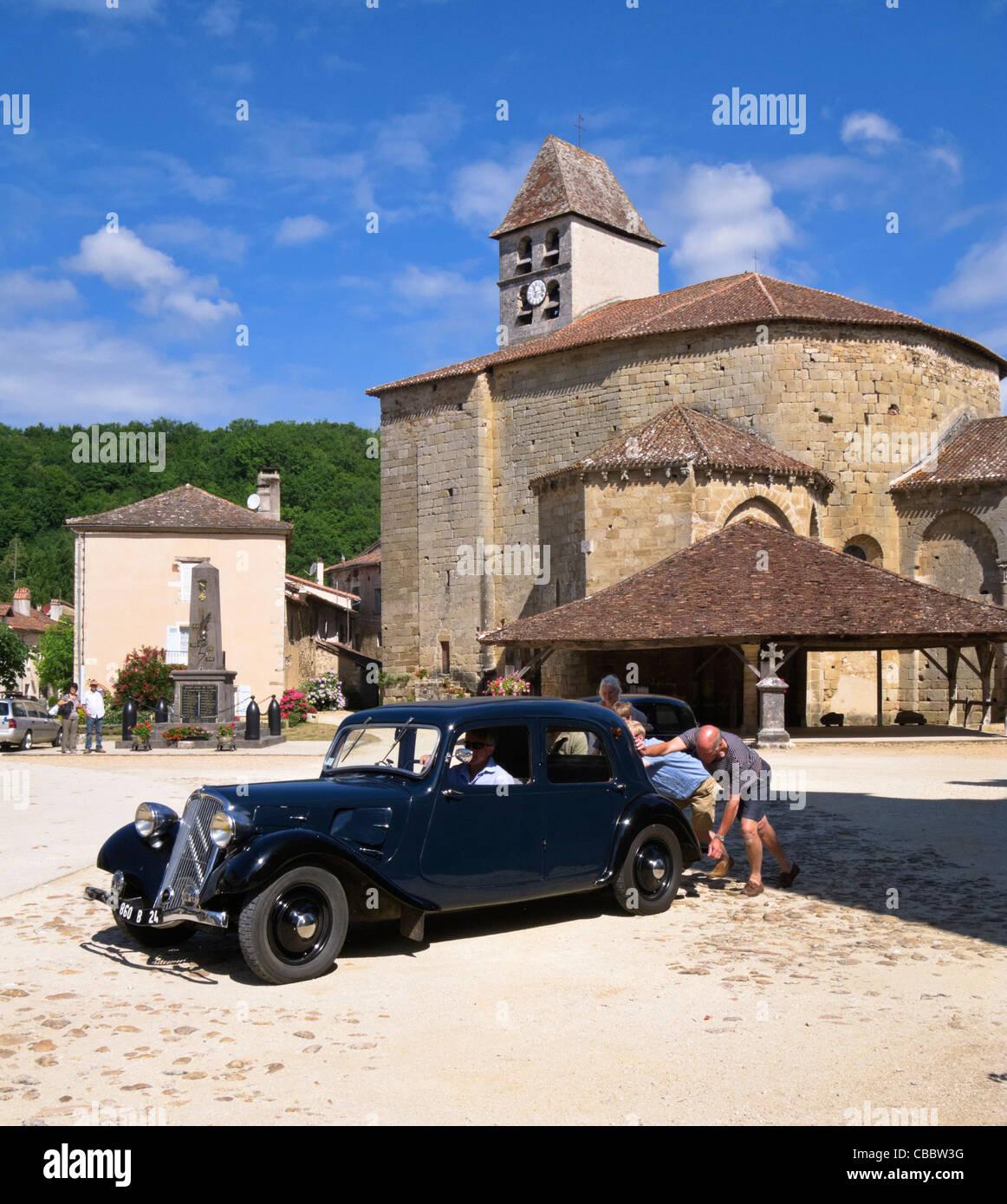 Leute, die einen Oldtimer Bentley Oldtimer zu stoßen beginnen es in St Jean de Cole, Dordogne, Frankreich Stockbild