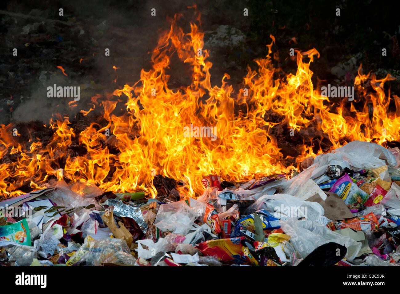 Verbrennung von Hausmüll in der indischen Landschaft Stockfoto