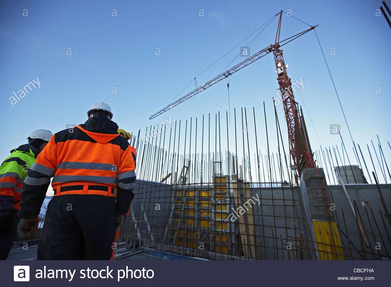 Arbeiter auf der Baustelle im Gespräch Stockbild