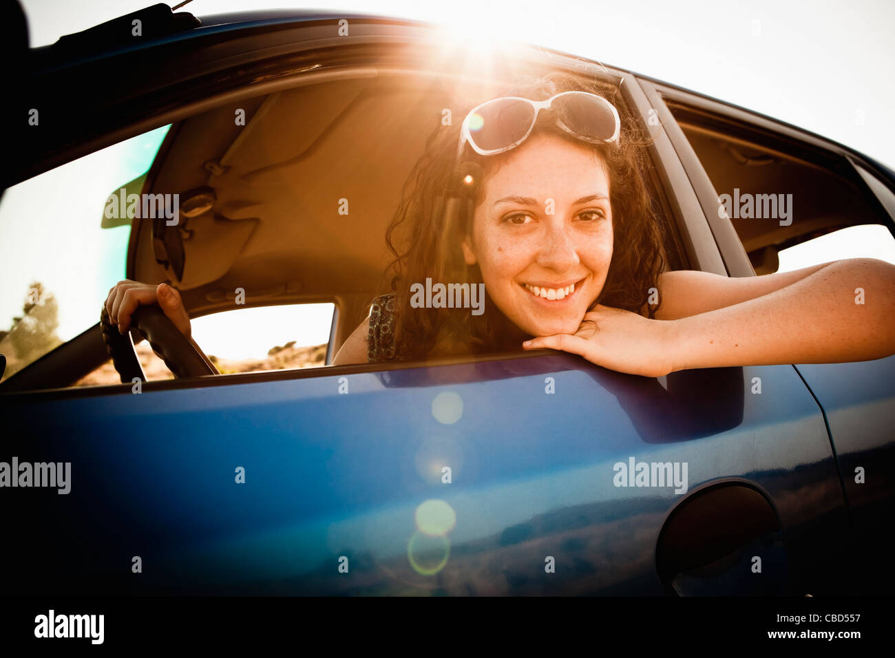 Lächelnde Frau Auto fahren Stockbild