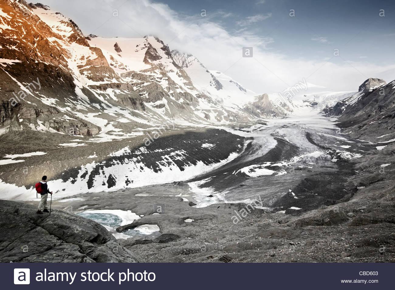 Frau mit Blick auf Gletscherlandschaft Stockbild