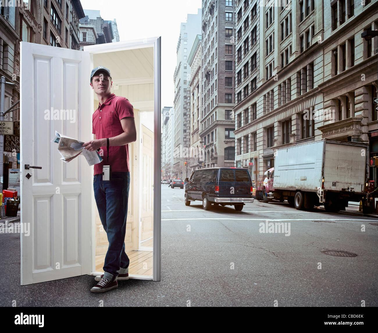 Mann, die entstehende Tür auf Stadt-Straße Stockbild