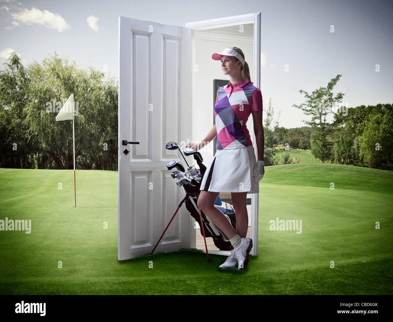 Frau aus Tür auf Golfplatz Stockbild