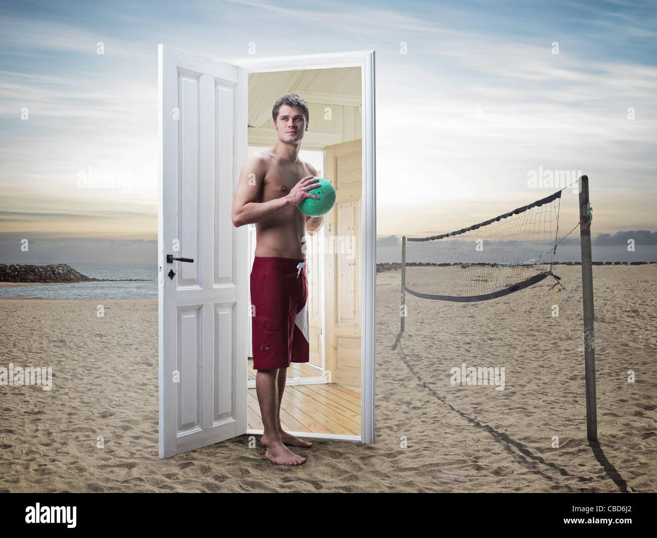 Mann aus Tür am Strand Stockbild