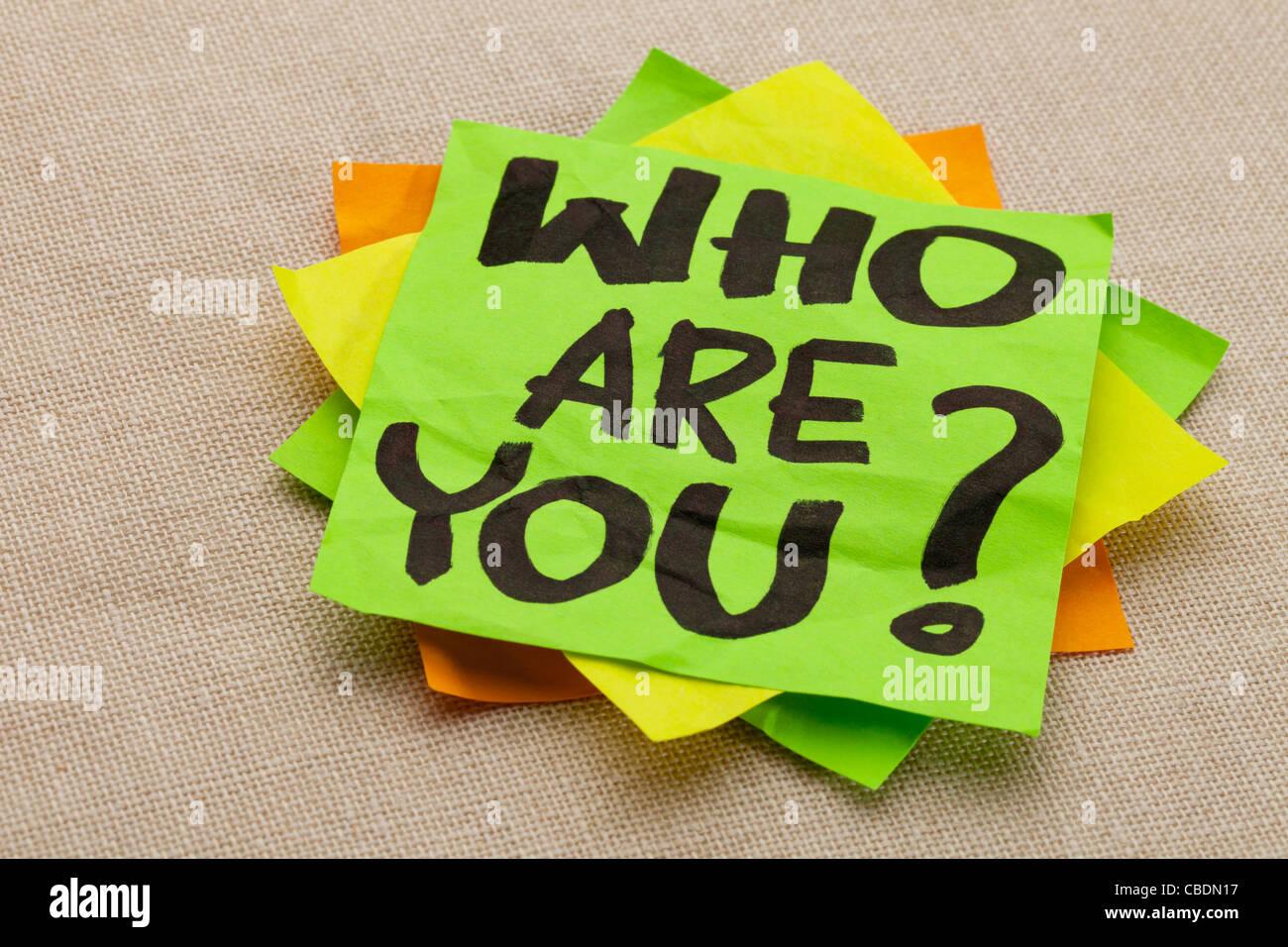 Wer sind Ihre Frage - Handschrift auf einem grünen Zettel Stockbild