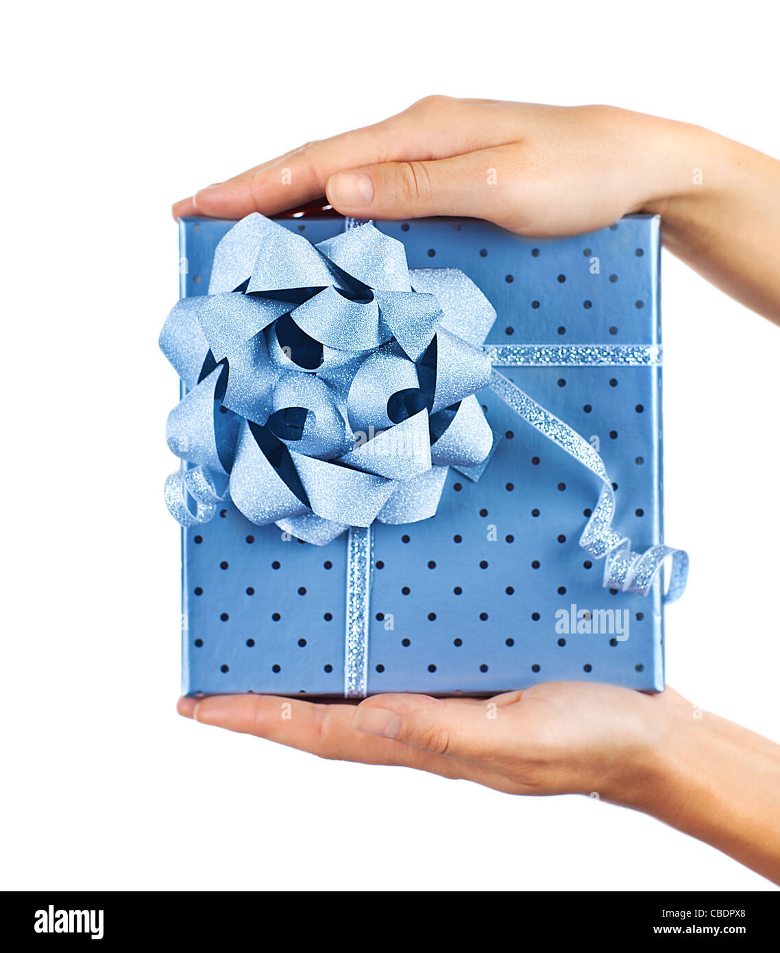 Frau Hände halten schöne blau Geschenk-Box, geben Geschenk Konzept ...