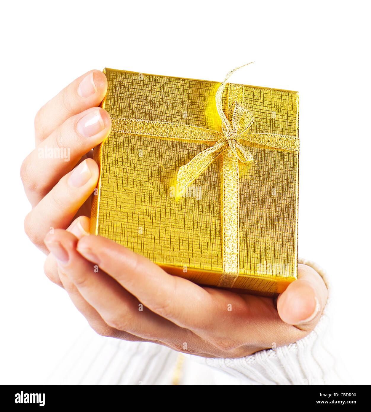 Goldenen Geschenk in Frauen Hände, weibliche Holding Geschenkbox ...