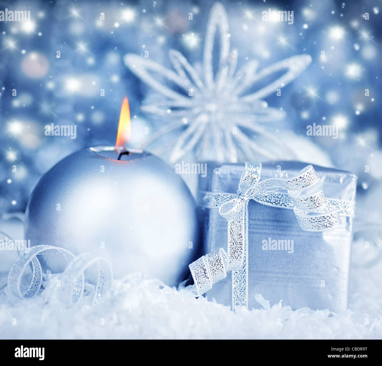 Winter Urlaub Hintergrund mit silbernen präsent Geschenk-Box, Kerze Ornament & Schnee Weihnachtsdekoration Stockbild