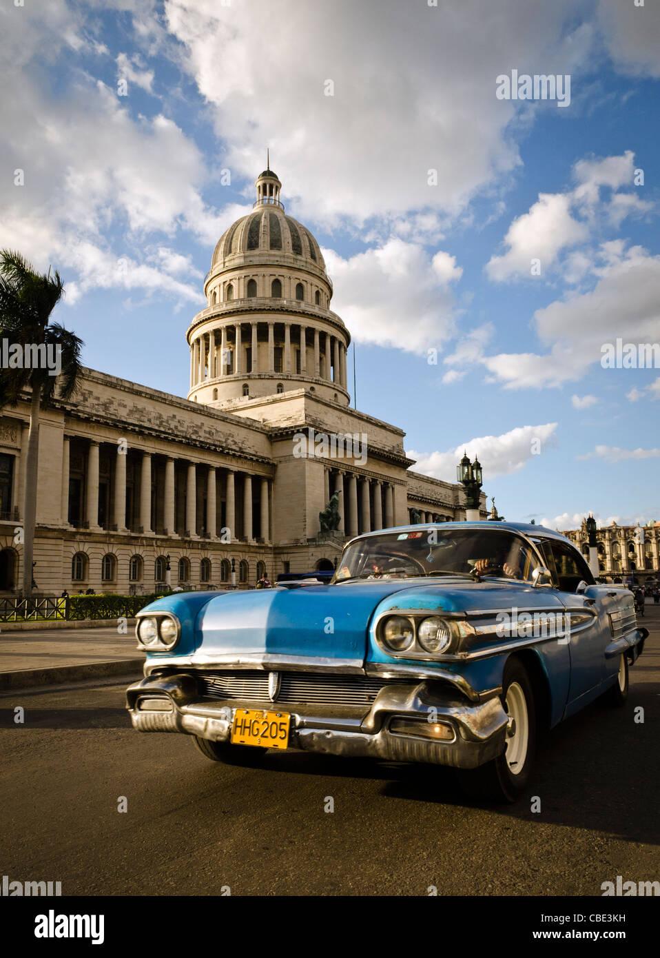 Amerikanische Oldtimer vor El Capitolio Havanna Kuba Stockbild