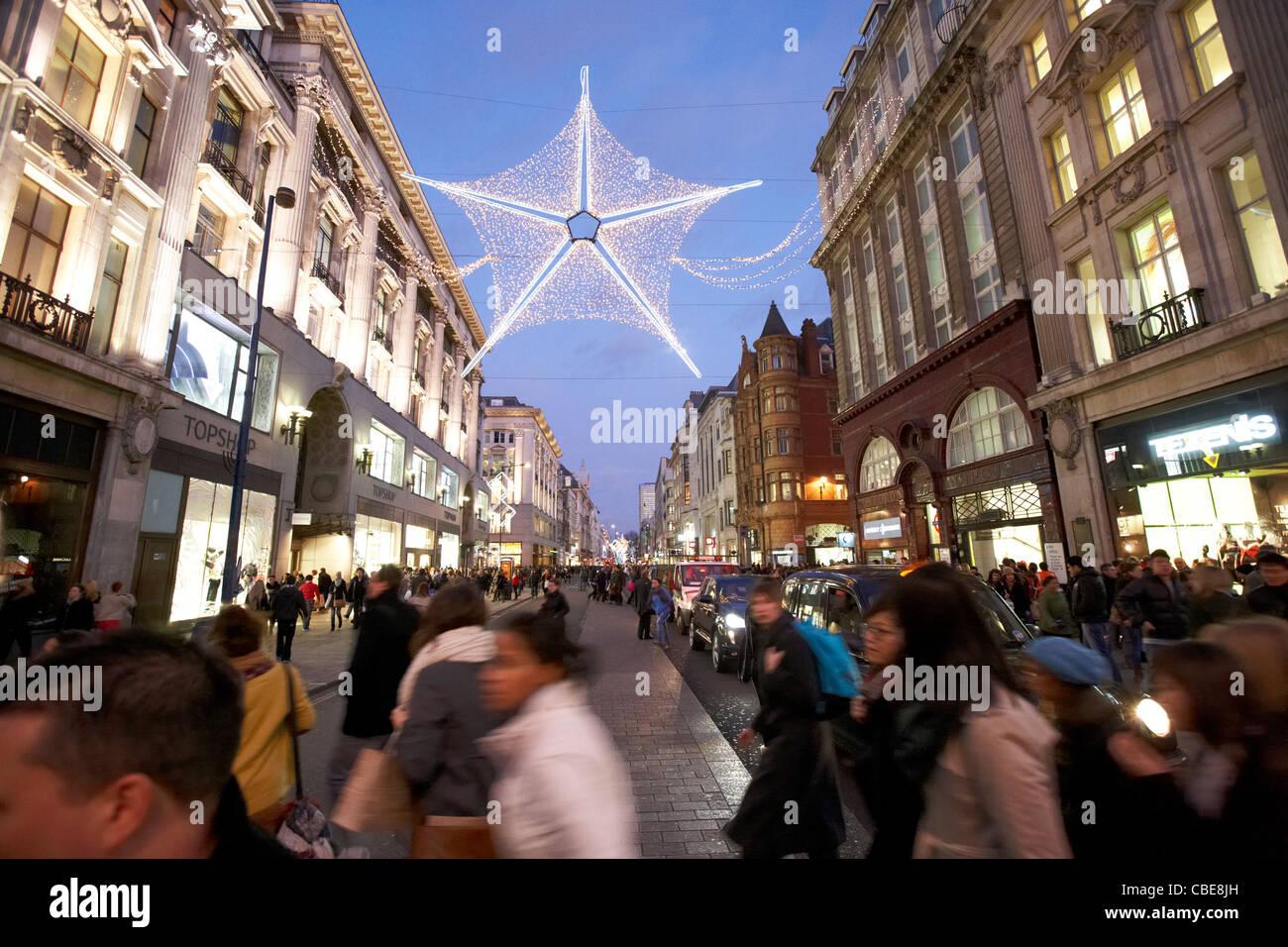 menschen uberqueren der geschaftigen oxford street weihnachts shopping london england vereinigtes konigreich grossbritannien