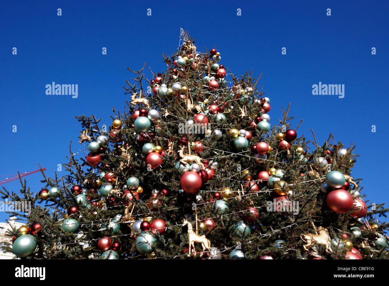 Weihnachtsbaum England.Outdoor Große Weihnachtsbaum Gegen Blauen Himmel London England