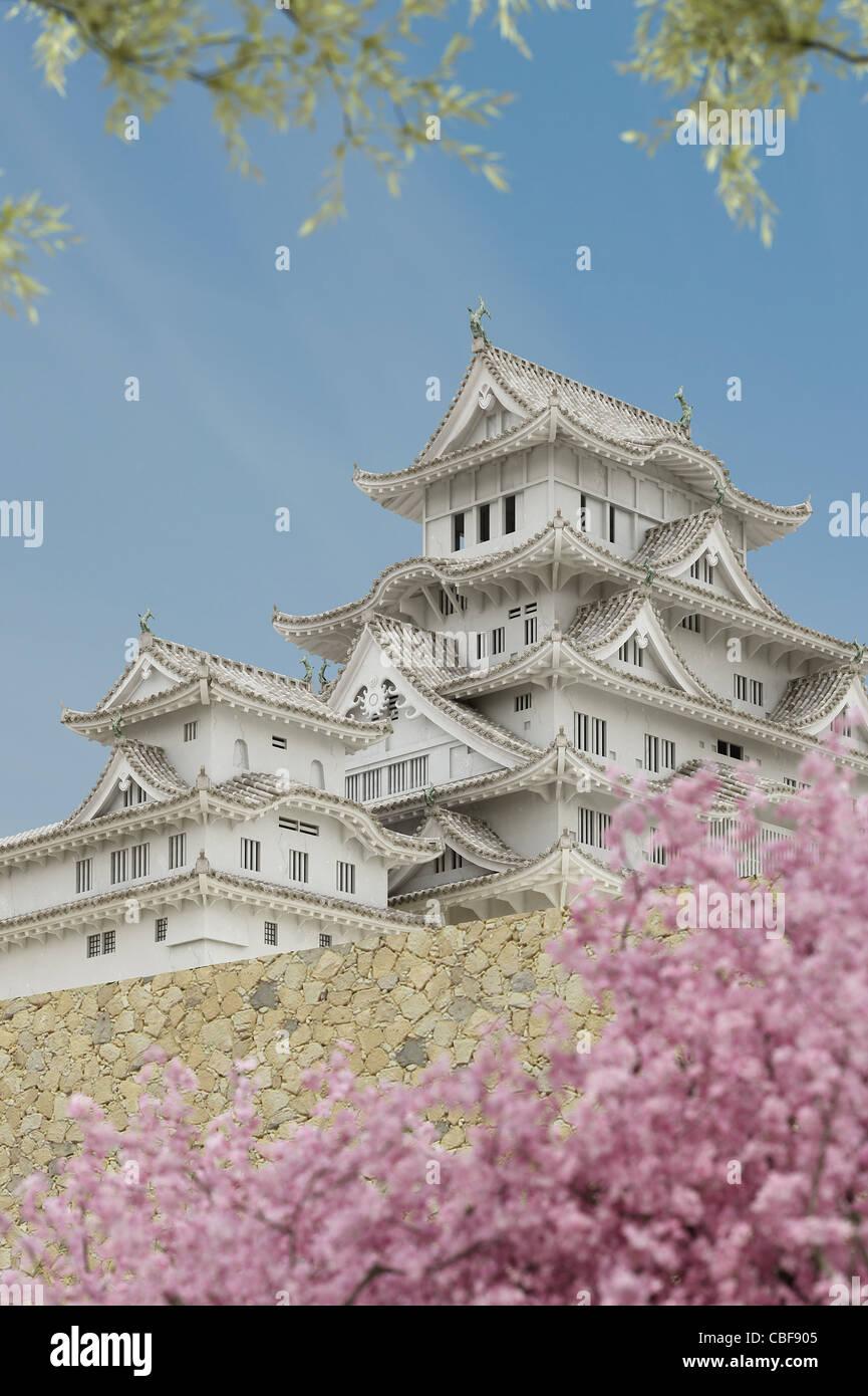 Japanische Pagode Gebäude, gesehen von einem niedrigeren Niveau, mit Pflanzen im Vordergrund. Stockfoto
