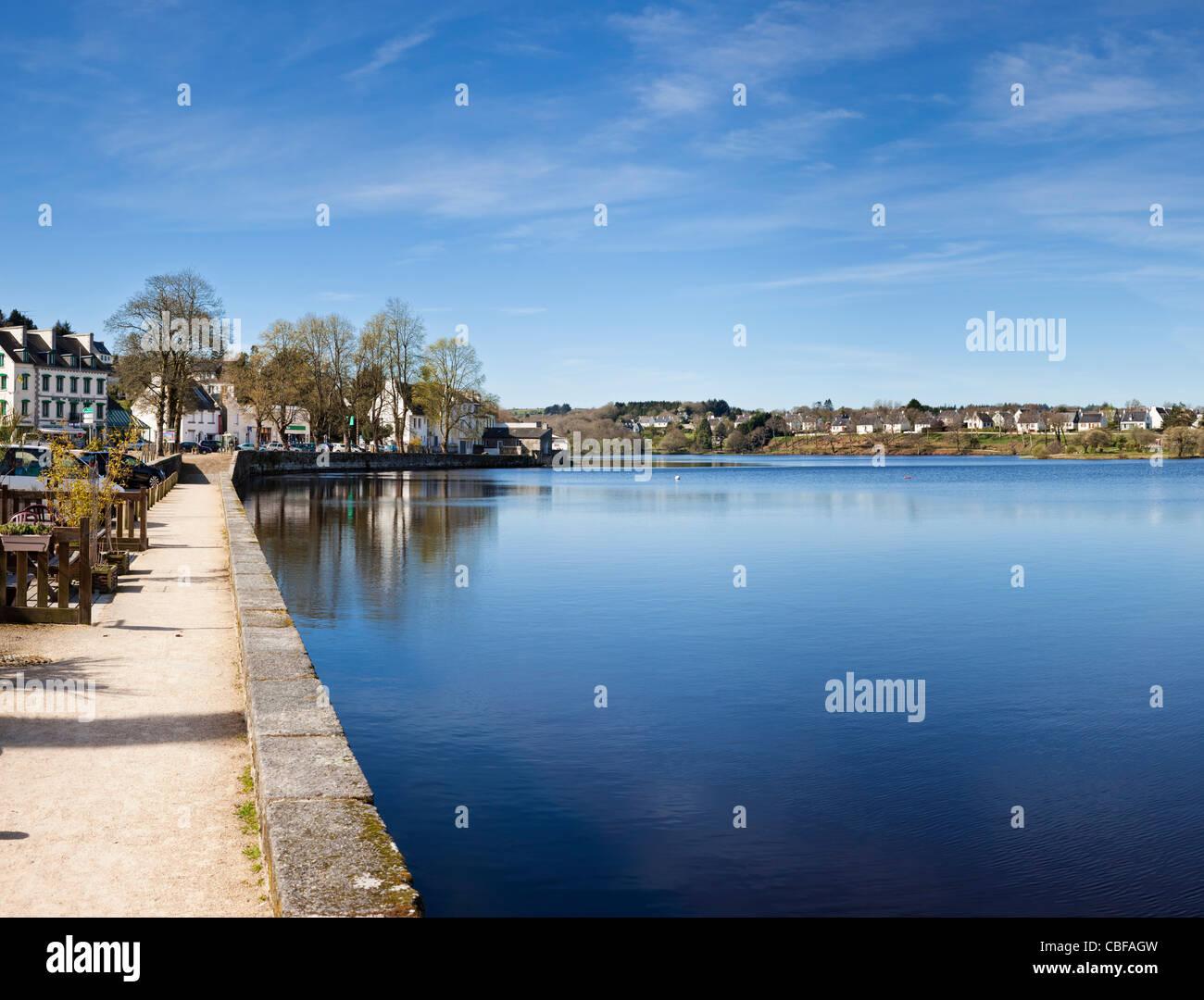 Weg am Seeufer bei Huelgoat, Bretagne, Frankreich Stockbild