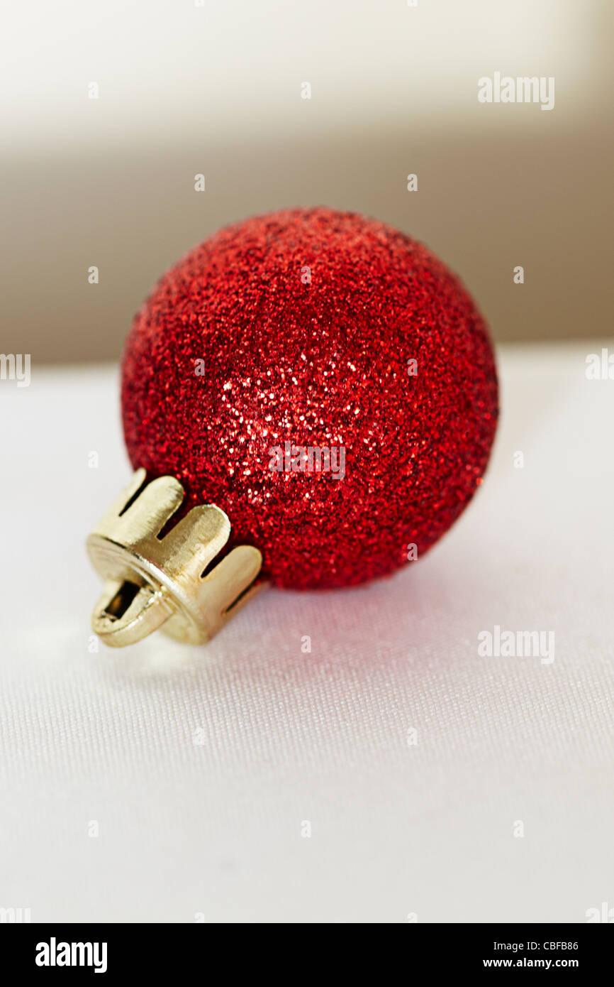 Einzelne Christbaumkugeln.Purple Silver Christmas Baubles Gift Stockfotos Purple