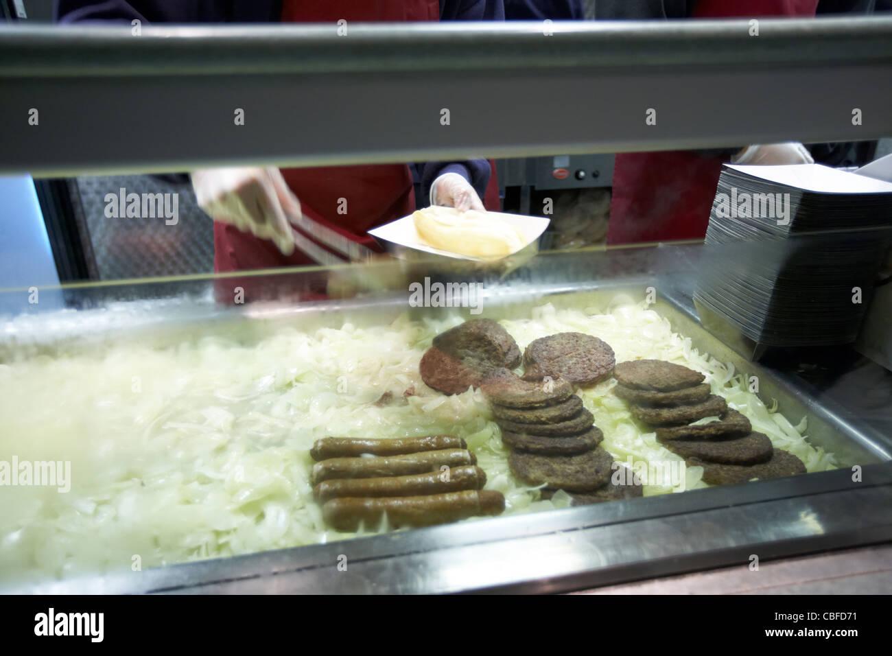 Burger Und Wurstchen Auf Bett Von Zwiebeln Auf Ein Fast Food Mobile