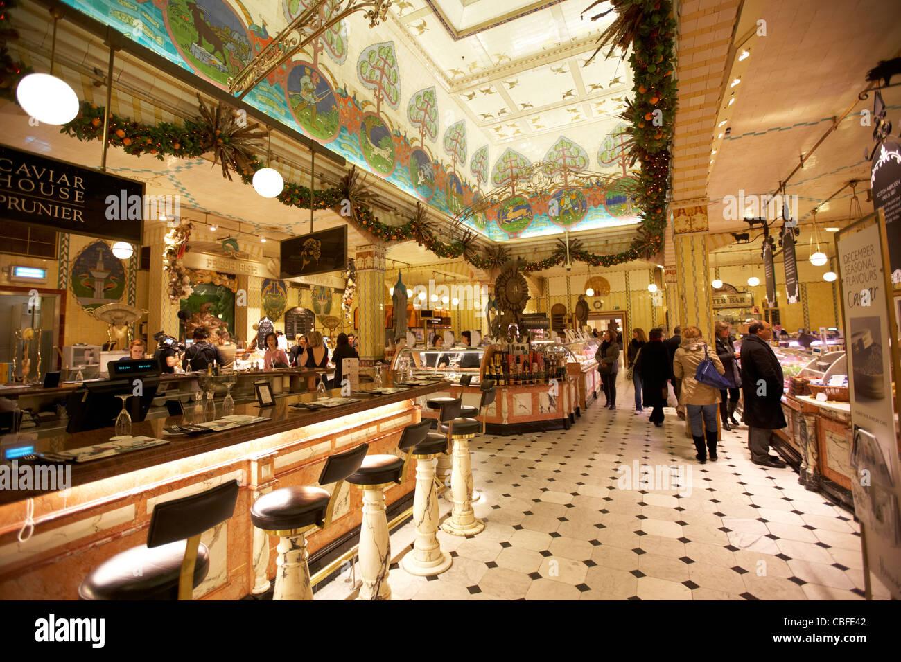 Innere des Essen Kaufhaus Harrods mit Sushi-Bar und Kaviar bar ...