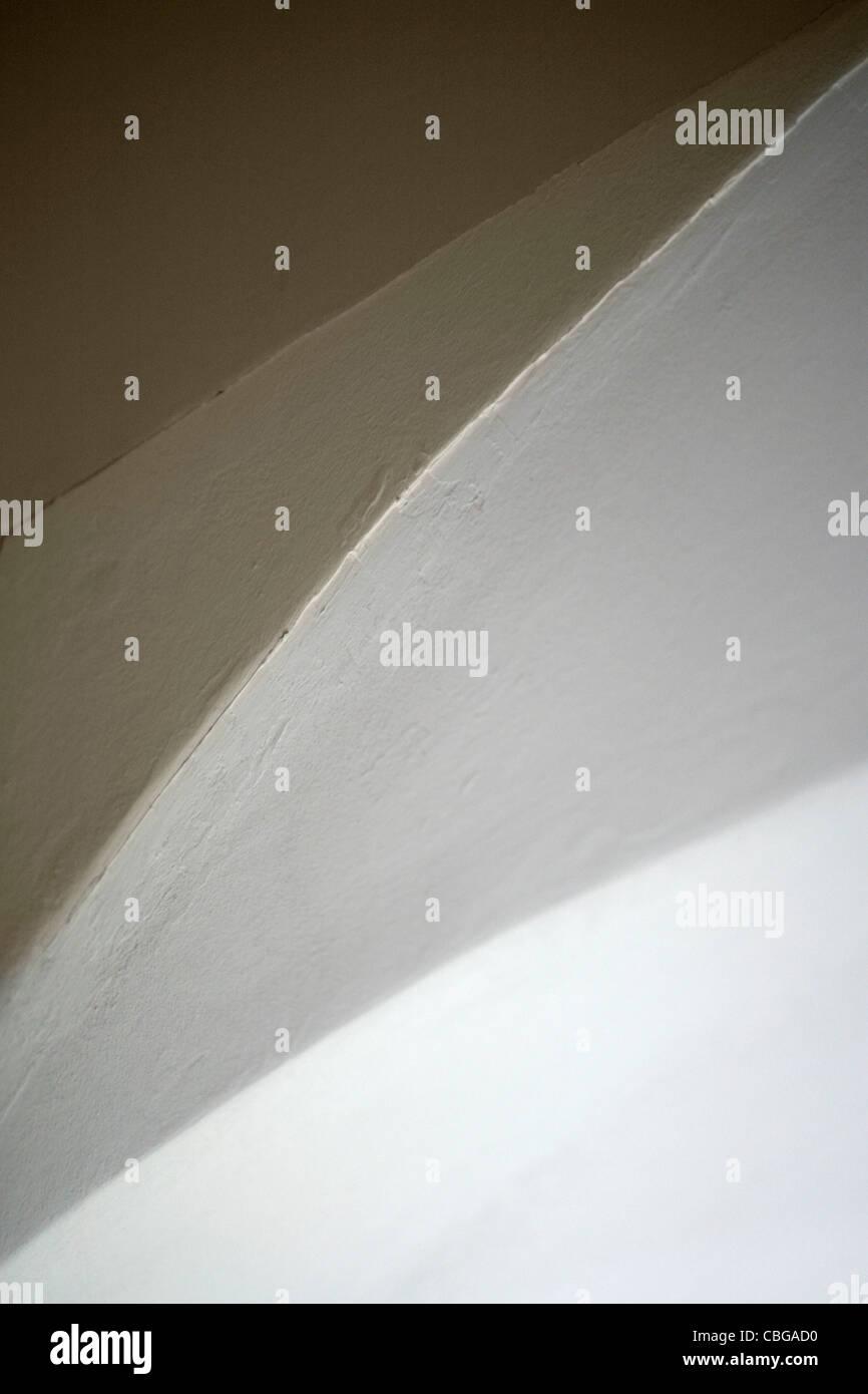 Abstrakte Sicht von Decke, Wand und Bogen des Einganges Stockfoto