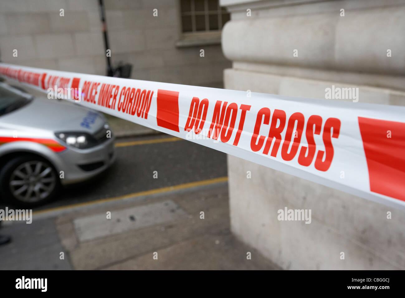 Polizei innere Cordon Band kreuzen nicht am Tatort in London England uk Vereinigtes Königreich Stockbild