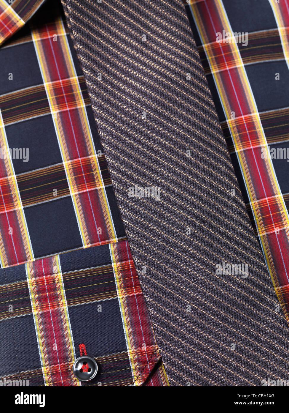 Nahaufnahme einer Mens Tartan Kragen Hemd mit einer schmalen Krawatte Stockbild