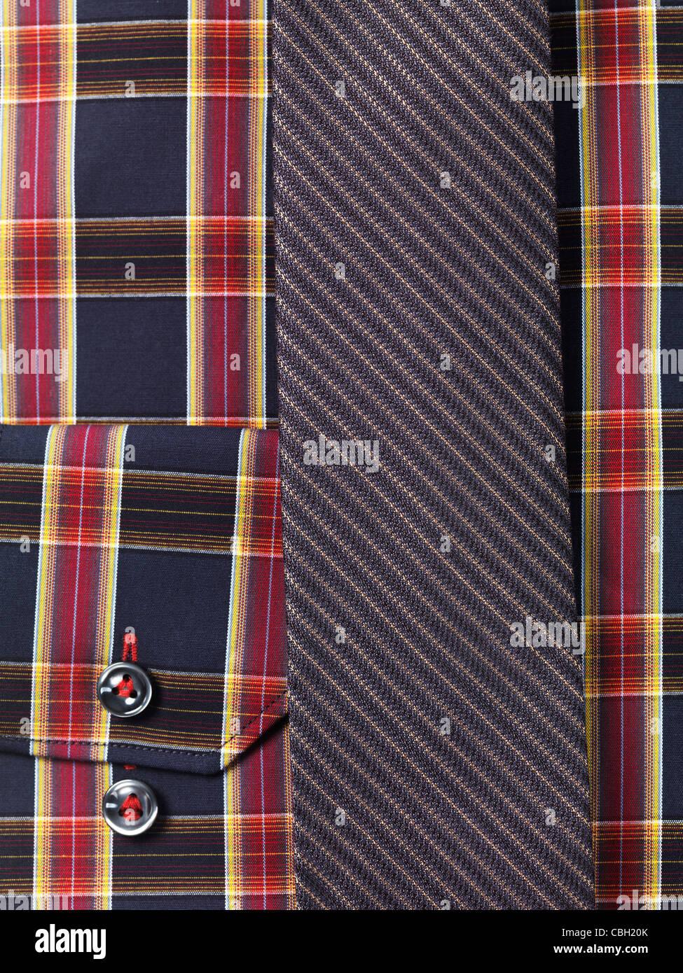 Nahaufnahme einer Mens Tartan Kragen Hemd mit einem schmalen Krawatte abstrakten Hintergrund Stockbild