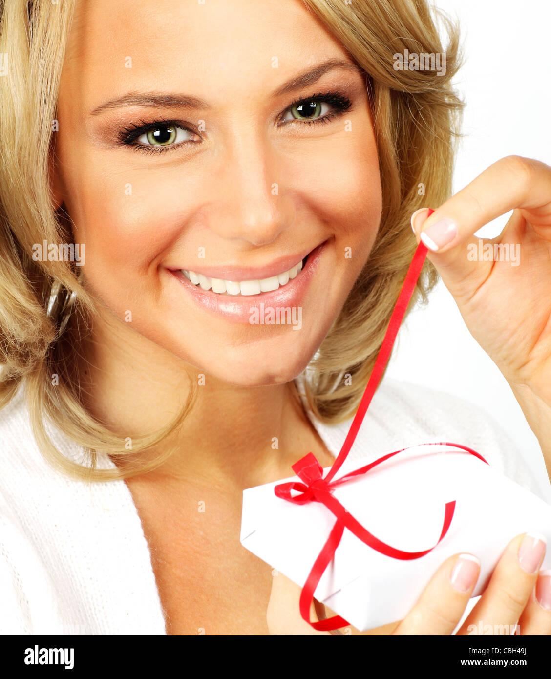 Schöne weibliche Öffnung Geschenk, Closeup Portrait isoliert auf ...