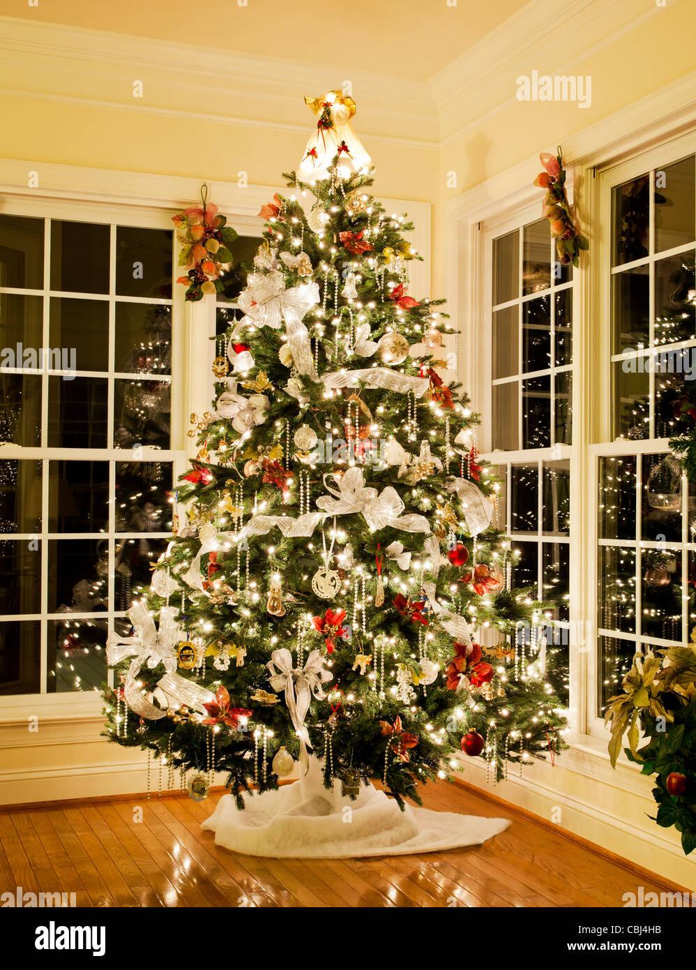 Künstlicher Geschmückter Weihnachtsbaum.Geschmückter Weihnachtsbaum Mit Silber Und Weiße Bänder Und