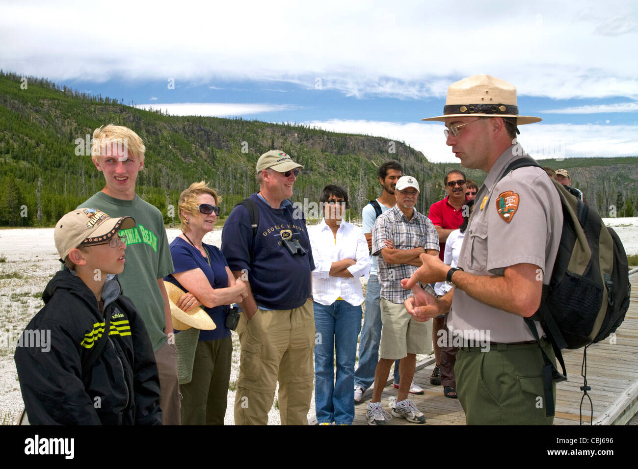 Parkranger, eine Tour Gruppeninformationen über Upper Geyser Basin im Yellowstone-Nationalpark, Wyoming, USA. Stockbild