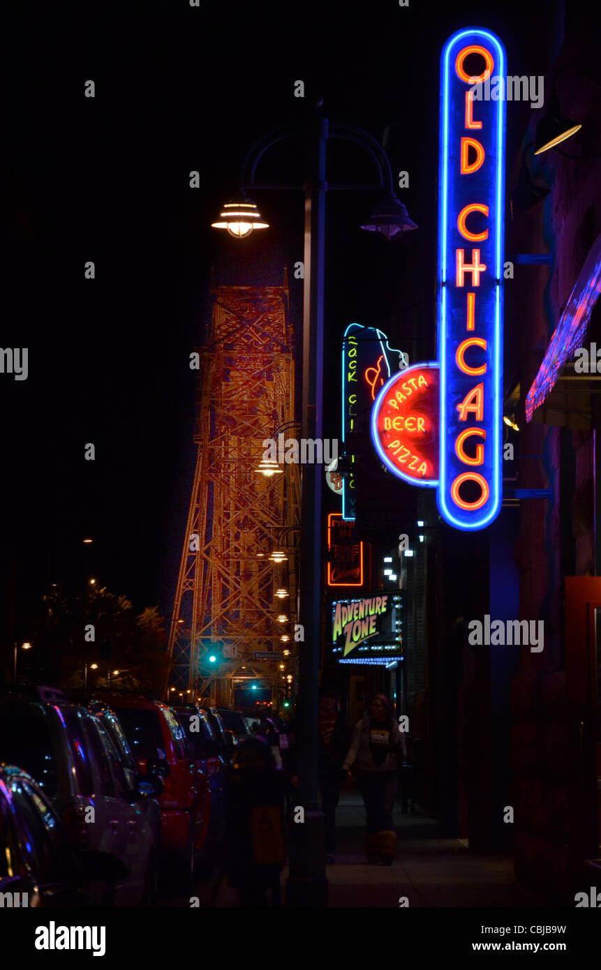 Alten Chicago Pizza und andere Nachtleben auf See-Straße in der Nähe der Antenne Hubbrücke in Duluth, Stockbild