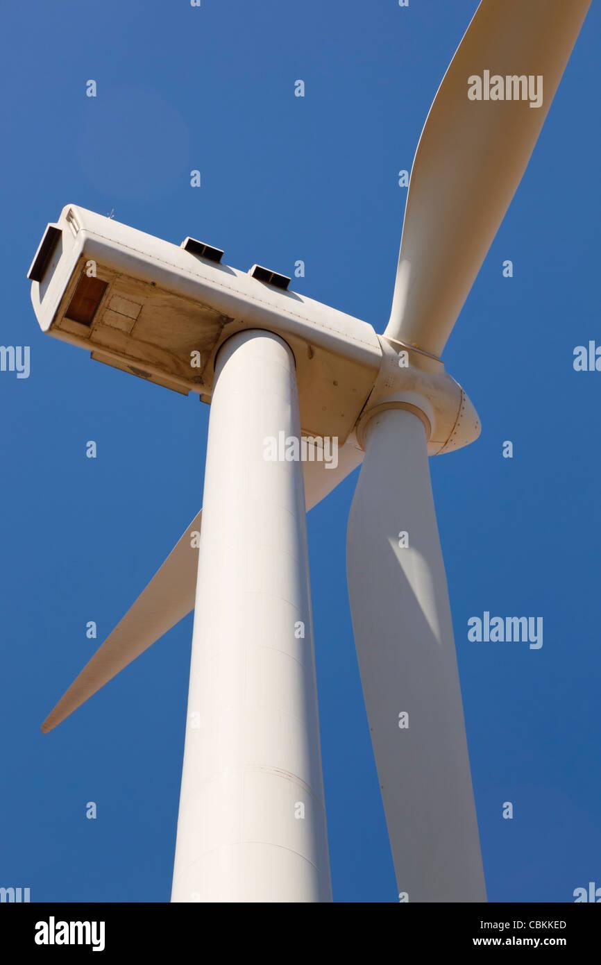 Nahaufnahme der Windkraftanlage im Windpark in der Nähe von Ardales, Provinz Malaga, Spanien. Stockbild