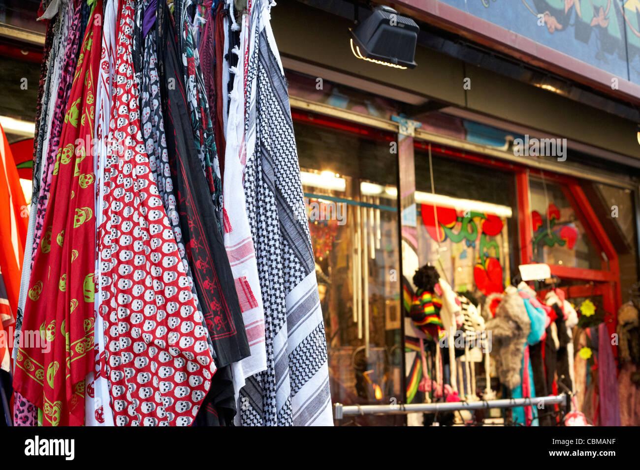 Kopftücher hängen vor eine alternative Modegeschäft in Belfast Nordirland Großbritannien Vereinigtes Stockbild