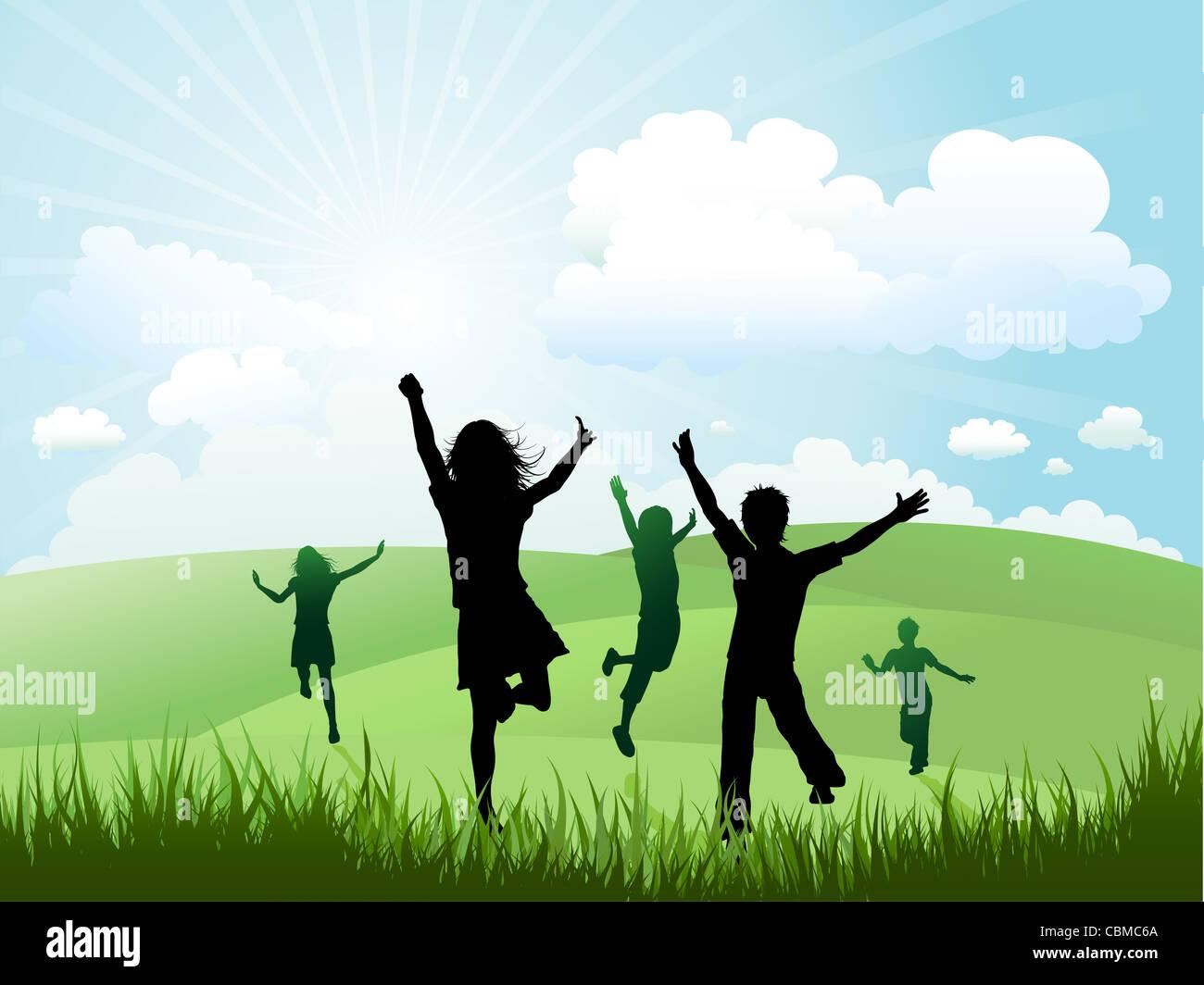 Silhouetten der Kinder herumrennen und spielen auf einem Hügel Stockbild