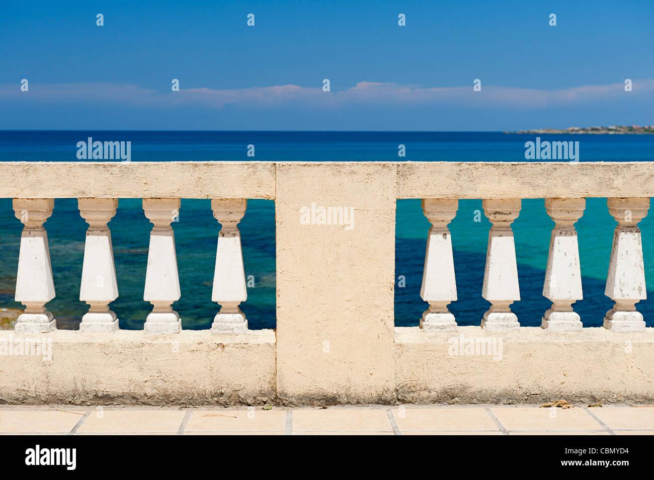 Balustrade am Meer Stockbild