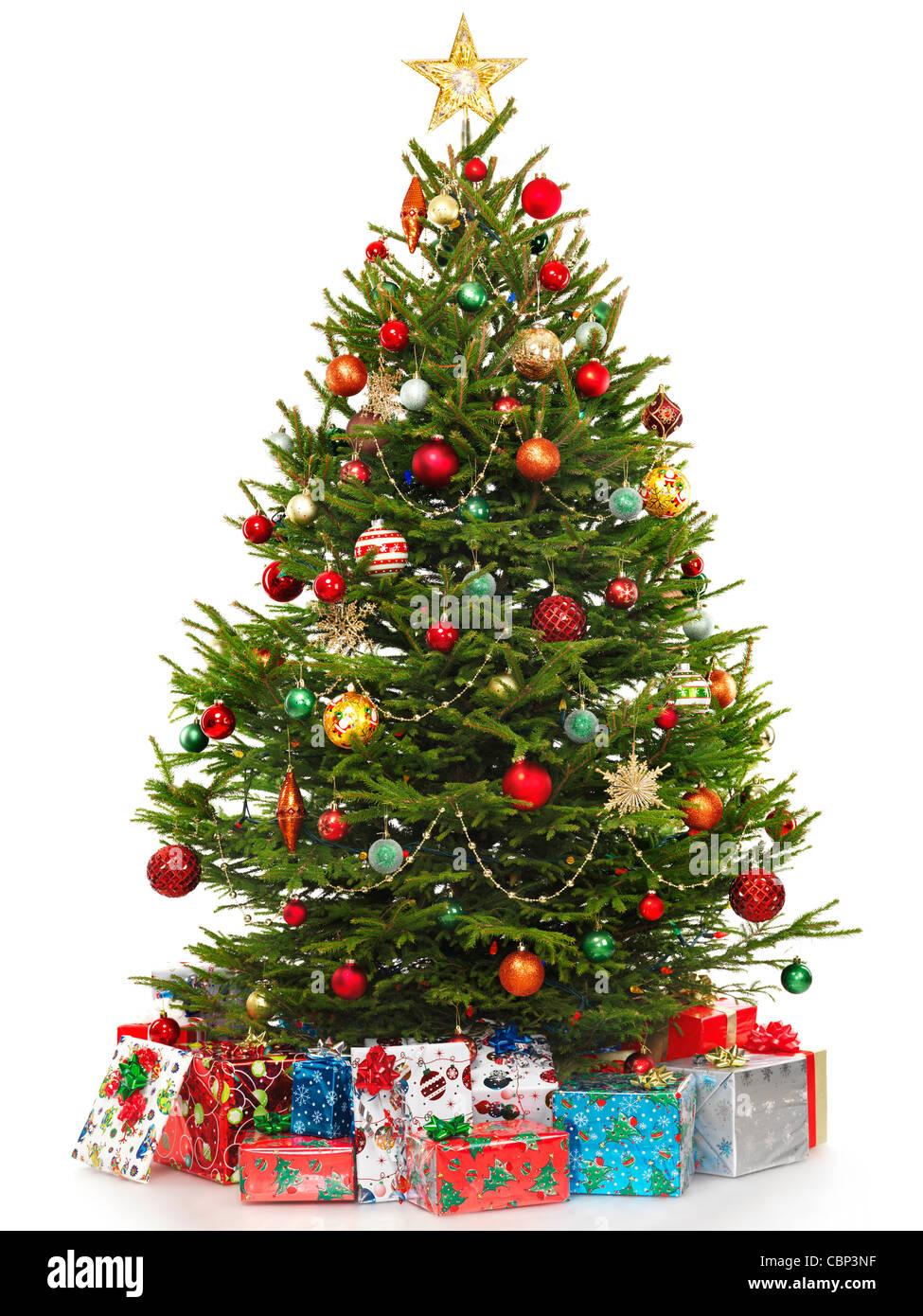 schöner geschmückter weihnachtsbaum mit bunten verpackt