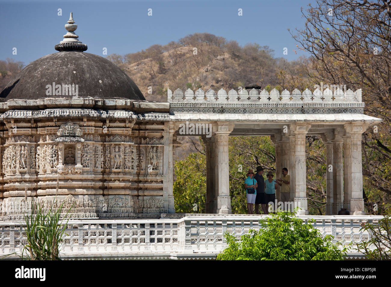 Touristen mit Tourguide bei Ranakpur Jain Tempel in Desuri Tehsil in Pali Bezirk von Rajasthan, Westindien Stockbild