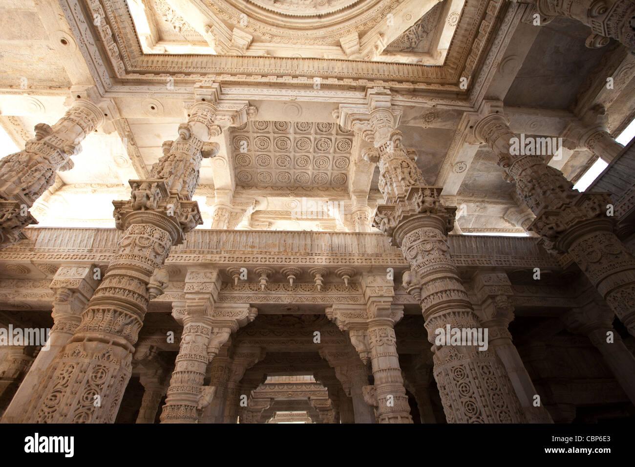 Weiße Marmorsäulen und Decke in Ranakpur Jain Tempel in Desuri Tehsil in Pali Bezirk von Rajasthan, Westindien Stockbild