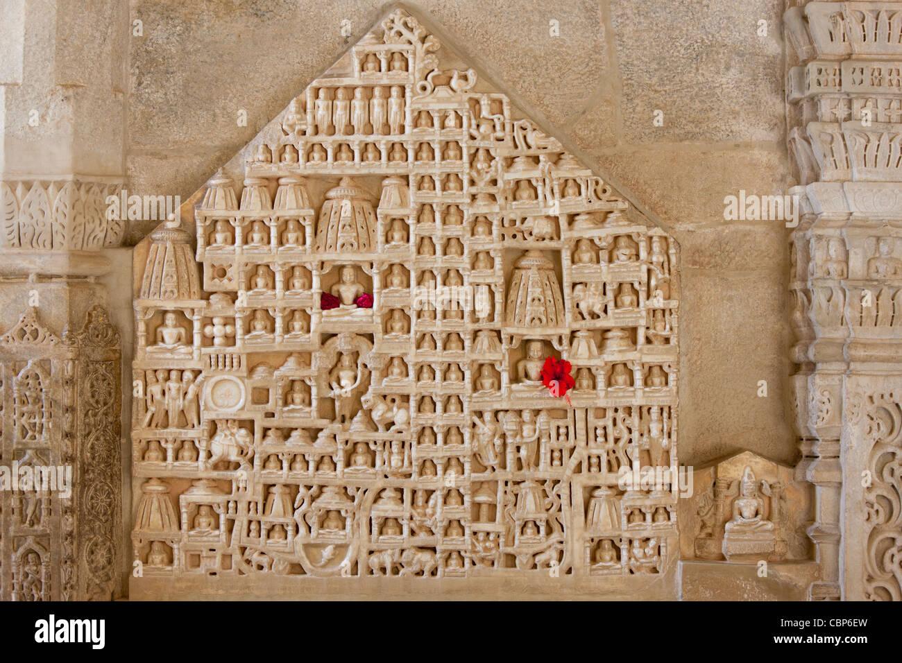 Weiße Marmor religiöse Ikonographie Schnitzereien in Ranakpur Jain Tempel in Desuri Tehsil in Pali Bezirk Stockbild
