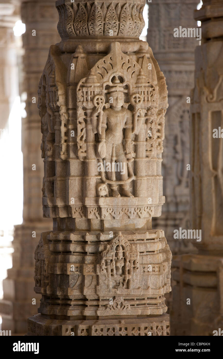 SteinCarvings und Marmorsäulen in Ranakpur Jain Tempel in Desuri Tehsil in Pali Bezirk von Rajasthan, Westindien Stockbild