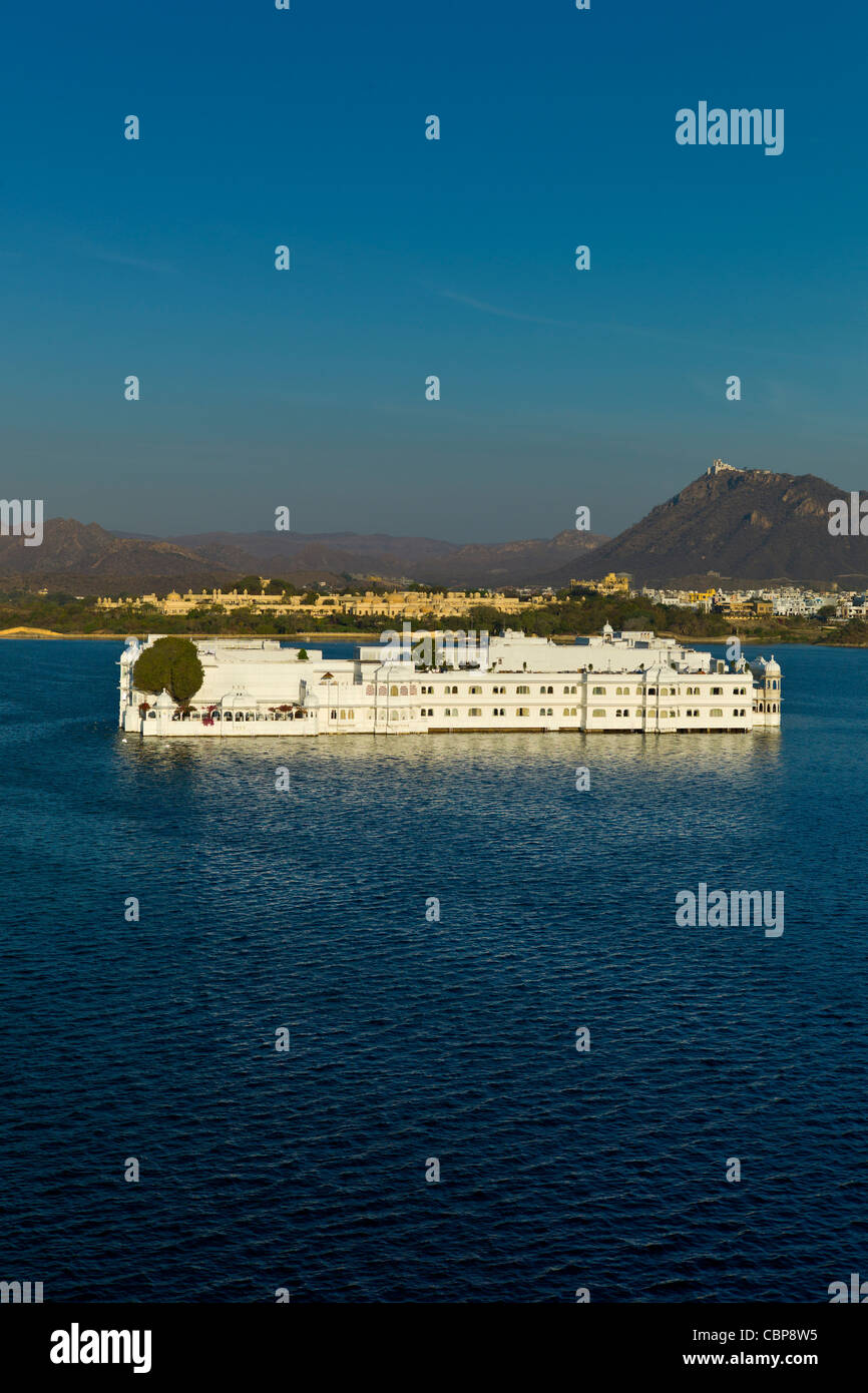 Das Lake Palace Hotel, Jag Niwas, auf Seite der Insel im Lake Pichola im ersten Licht des frühen Morgens, Udaipur, Stockbild