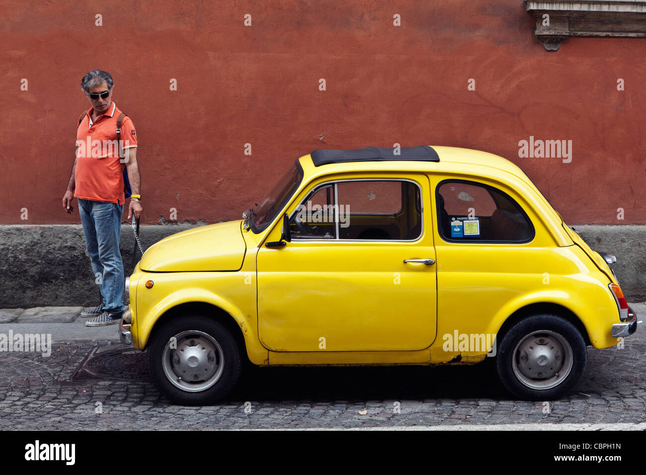 old yellow fiat 500 stockfotos old yellow fiat 500 bilder alamy. Black Bedroom Furniture Sets. Home Design Ideas