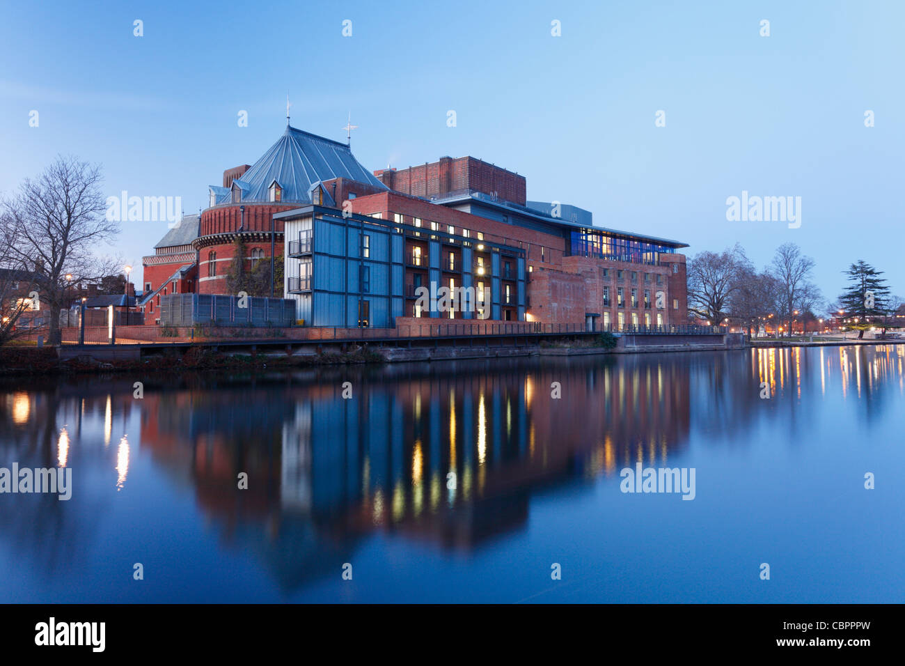 Royal Shakespeare Theatre am Fluss Avon in der Abenddämmerung. Stratford-upon-Avon. Warwickshire. England. Stockbild
