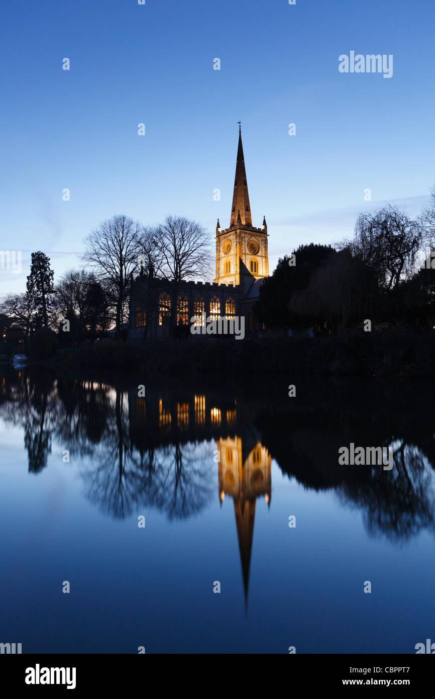 Holy Trinity Church in der Abenddämmerung. Stratford Warwickshire, England, UK.  Grabstätte von William Stockbild